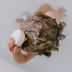 das boep Festes Shampoo ohne Duftstoffe für Kleinkinder, Kinder und Erwachsene. Das parfümfreie, vegane Shampoo besteht aus nur fünf natürlichen Inhaltsstoffen und pflegt mit Bio-Kakakobutter und Arganöl. Ohne Plastikverpackung, Mikroplastik, Silikone und Parabene.