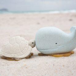 HEVEA Badespielzeug Wal Schildkröte Blizzard Blue Vanilla